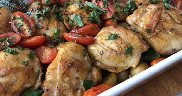 Pečené kuřecí kousky s brambory a cherry rajčaty